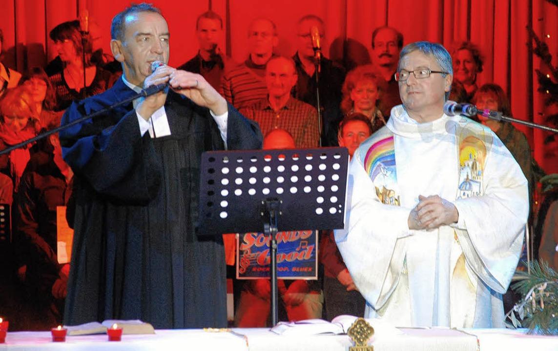Norbert Großklaus (links) und Kozelebr...; im Hintergrund der Chor Sounds Good     Foto: G. Siefke