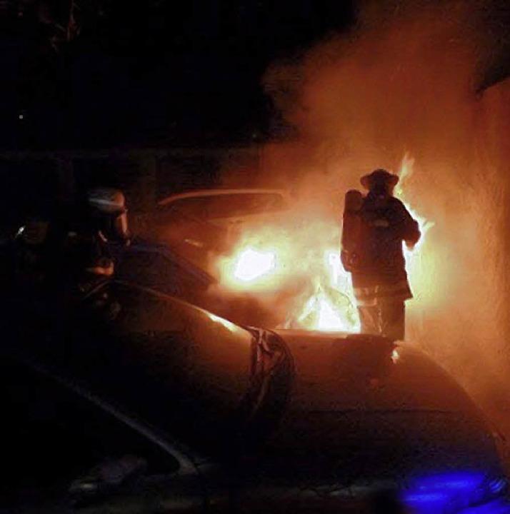 Gefordert war die Feuerwehr bei einem Fahrzeugbrand in der Roethestraße.   | Foto: Feuerwehr