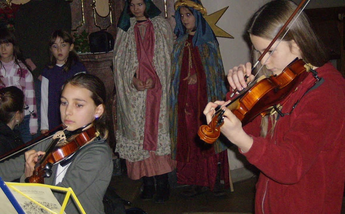 Laura Fasihi (links) und Larissa Mutte...ng mit ihrem wundervollen Geigenspiel.    Foto: Claudia Marchlewski