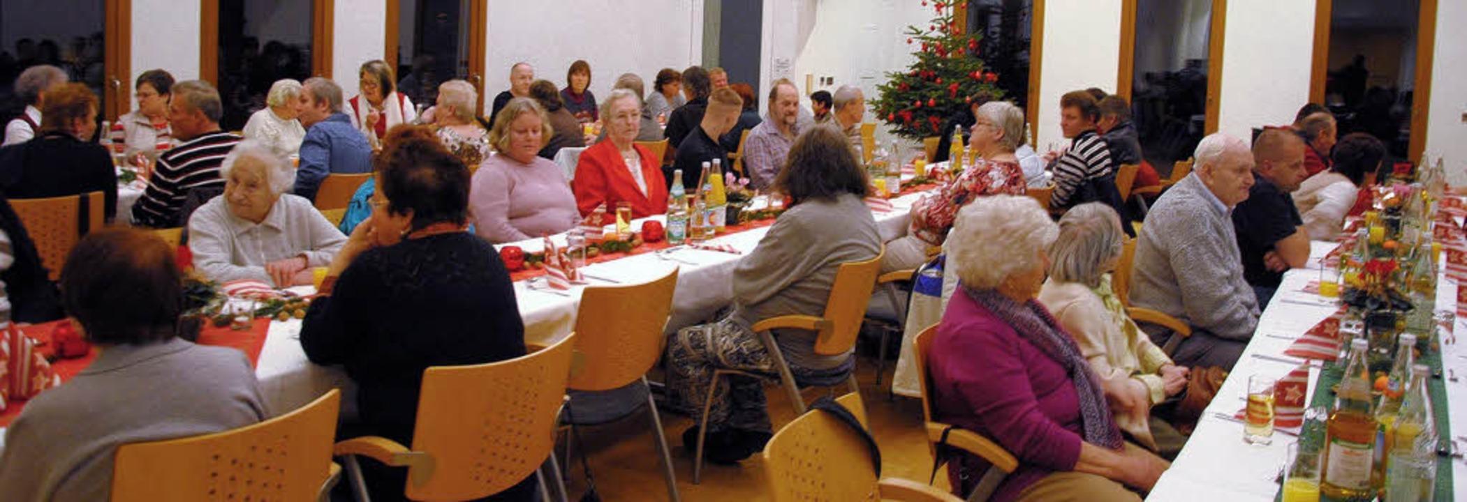 Bei der Weihnachtsfeier der Caritas im...r Atmosphäre miteinander ins Gespräch.  | Foto: Ralph Fautz