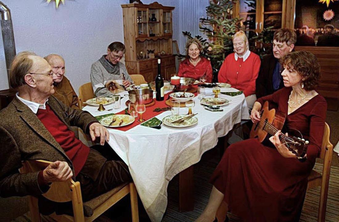 Gastgeber Pfarrer a.D. Hanfried Koch (...er Weihnachtsfeier für Alleinstehende.    Foto: Claus Tröndle