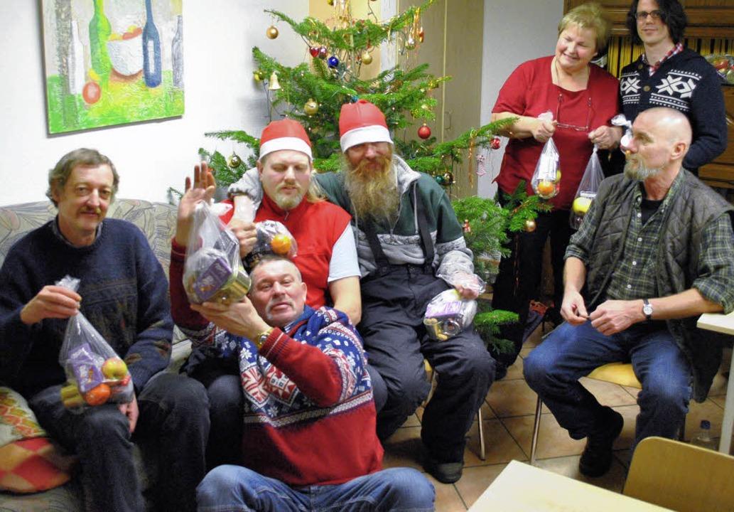 Die Bedürftigen in der Wärmestube feie...aschungspäckchen  für jeden Besucher.     Foto: Norbert Sedlak