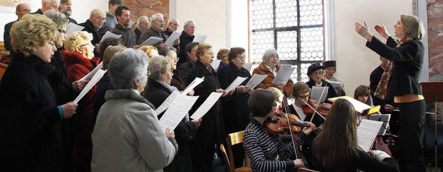 Tradition: Die Missa Brevis von Mozart dirigiert von Hilke Polley (rechts).   | Foto: ARCHIVFOTO: HILLER