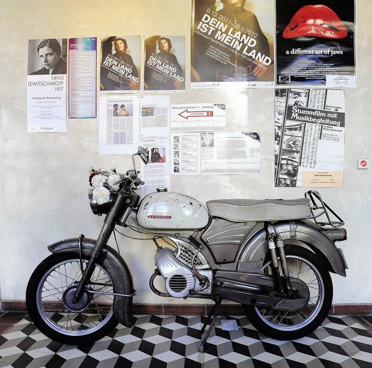 """Die Geschichte der """"Gastarbeiter...Wiehrebahnhof, auch mit diesem Moped.     Foto: Ingo Schneider"""