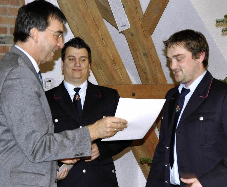 Umkirchs Bürgermeister Walter Laub übe...hön (rechts) ihre Ernennungsurkunden.   | Foto: julius steckmeister