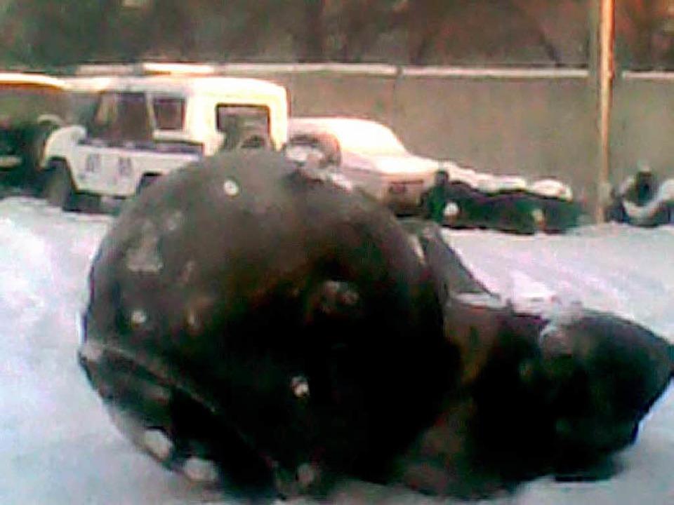 Ein angebliches Bruchstück eines russischen Militärsatelliten.  | Foto: dpa