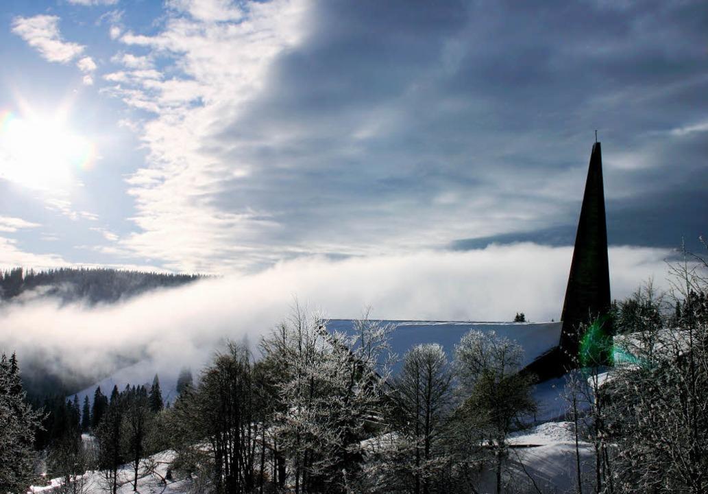 Dreierlei Wetter aber nur eine Kirche auf dem Feldberg.   | Foto: Hans-Jochen Köpper