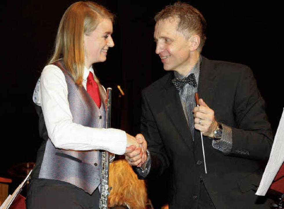 Zu ihrem beeindruckenden Solo gratulie... Rinklin der Flötistin Isabell Müller.    Foto: Dagmar Barber