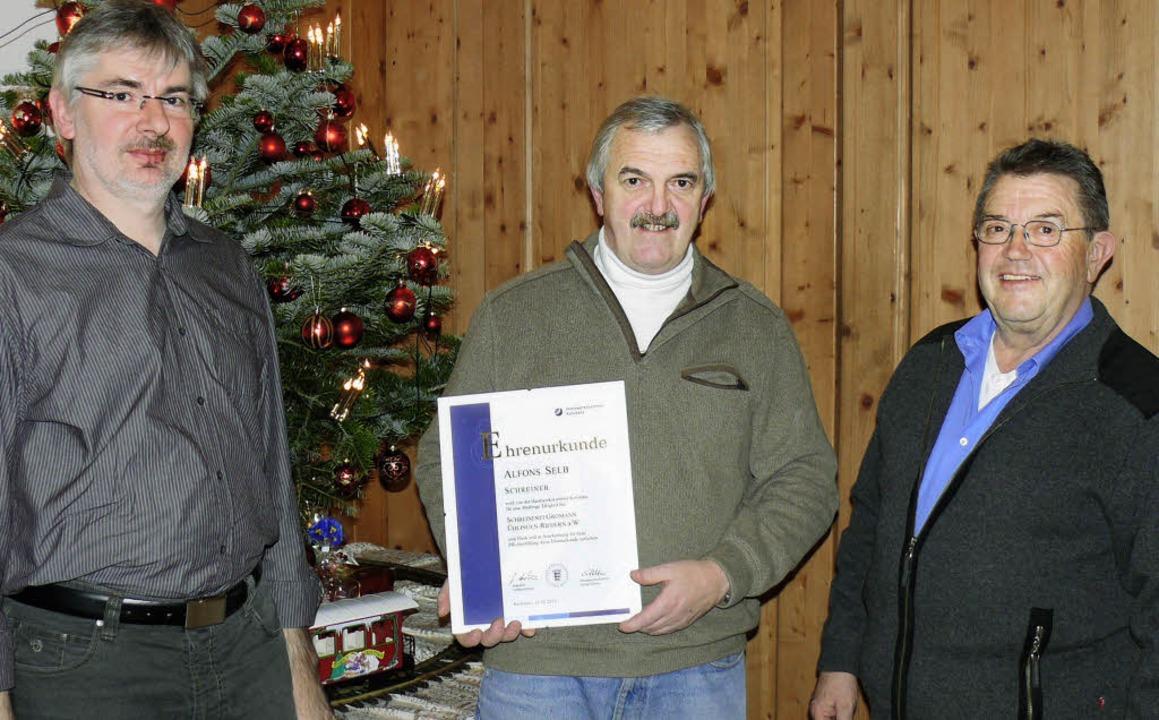 Lothar Heer (v.l.n.r.) übernimmt ab 20...niorchef Max Gromann gratulierte.       | Foto: Patrick Burger