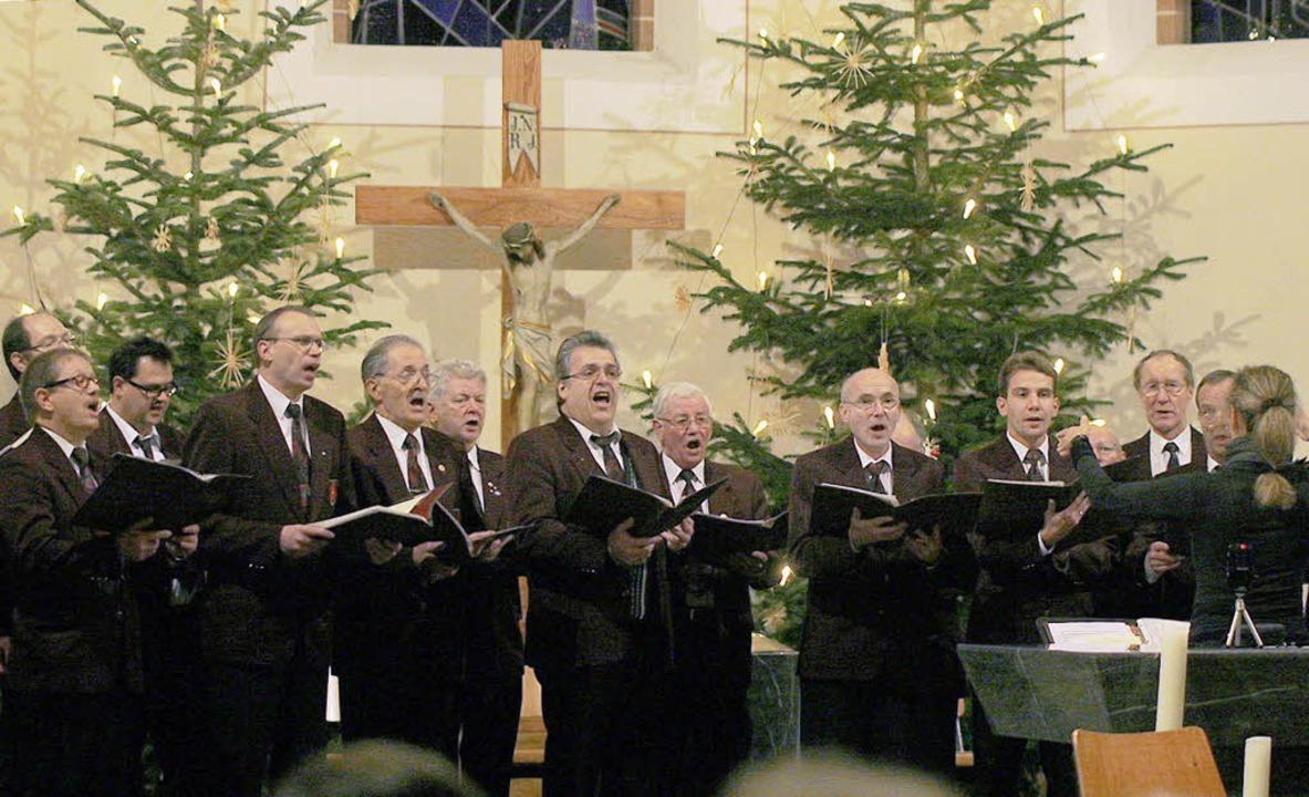 Der Männerchor lässt die Weihnachtszeit ausklingen.     Foto: Heidi Fössel