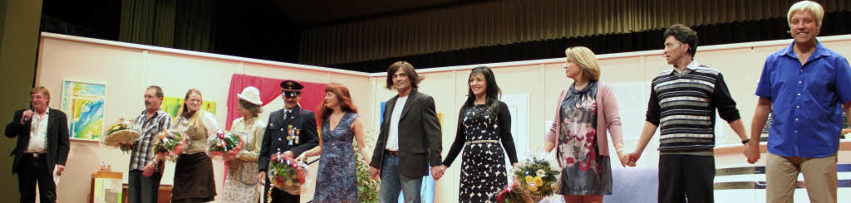 """Die englische Komödie """"In der Kl... Schauspieler gemeinsam auf der Bühne.    Foto: Martha Weishaar"""
