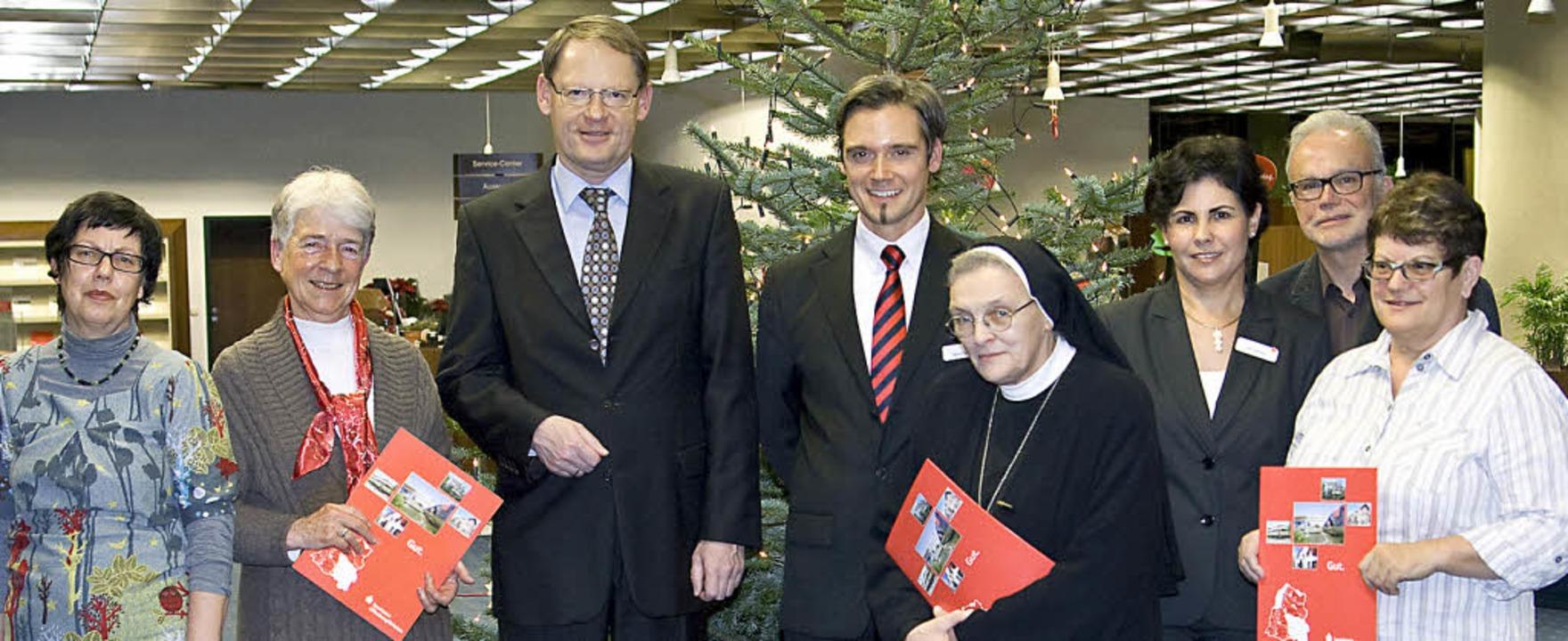 Spenden verteilt (von links): Kornelia...ea Gütle (Deutscher Kinderschutzbund)   | Foto: sparkasse