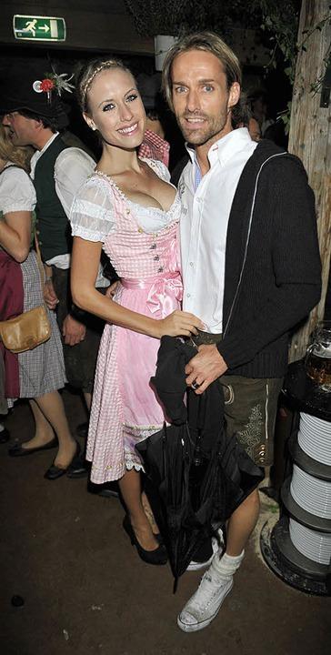 Das Model Alena Gerber und  Sven Hanna...berfest. Im Sommer soll Hochzeit sein.  | Foto: dpa