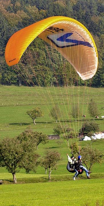 Gleitschirmflieger im Anflug auf den Landeplatz Heimeck.   | Foto: H. Bleyer