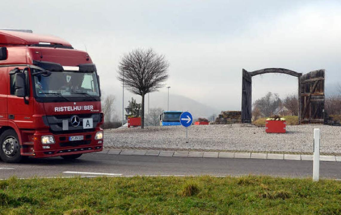Das Tor zur Stadt am Asag-Kreisel soll... auch wenn das Land andere Pläne hat.   | Foto: Ingrid Böhm-Jacob