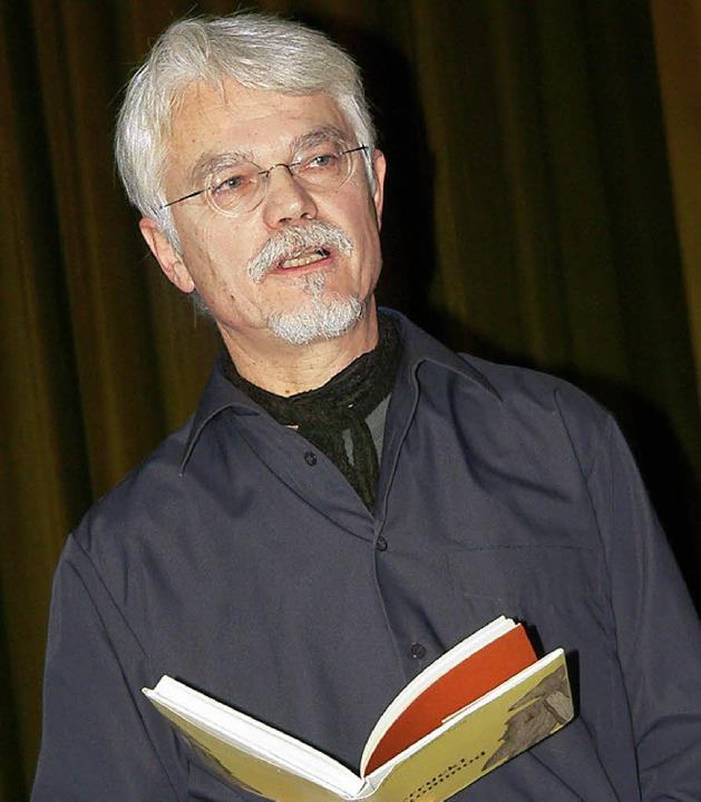 Markus Manfred Jung las beim Krankenpflegeverein Hüsingen zur Weihnachtszeit.     Foto: Georg Diehl