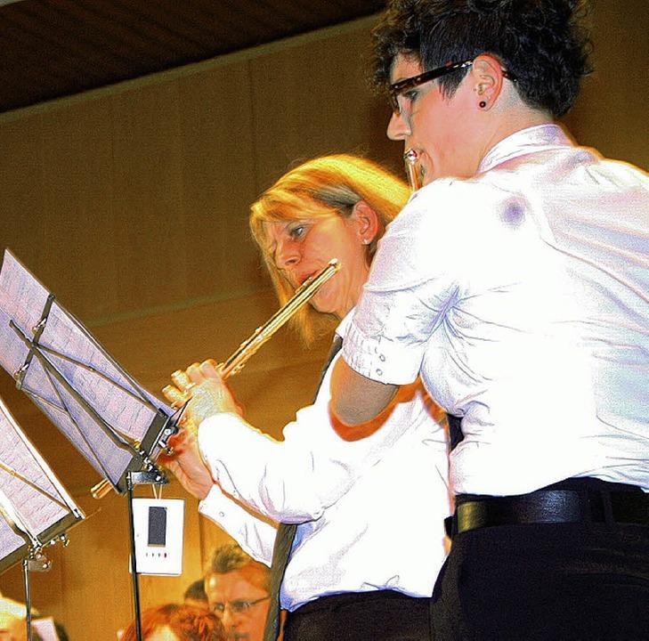 Solo für zwei Querflöten: Conny Häßler und Tanja Rütschlin    Foto: Martina Proprenter