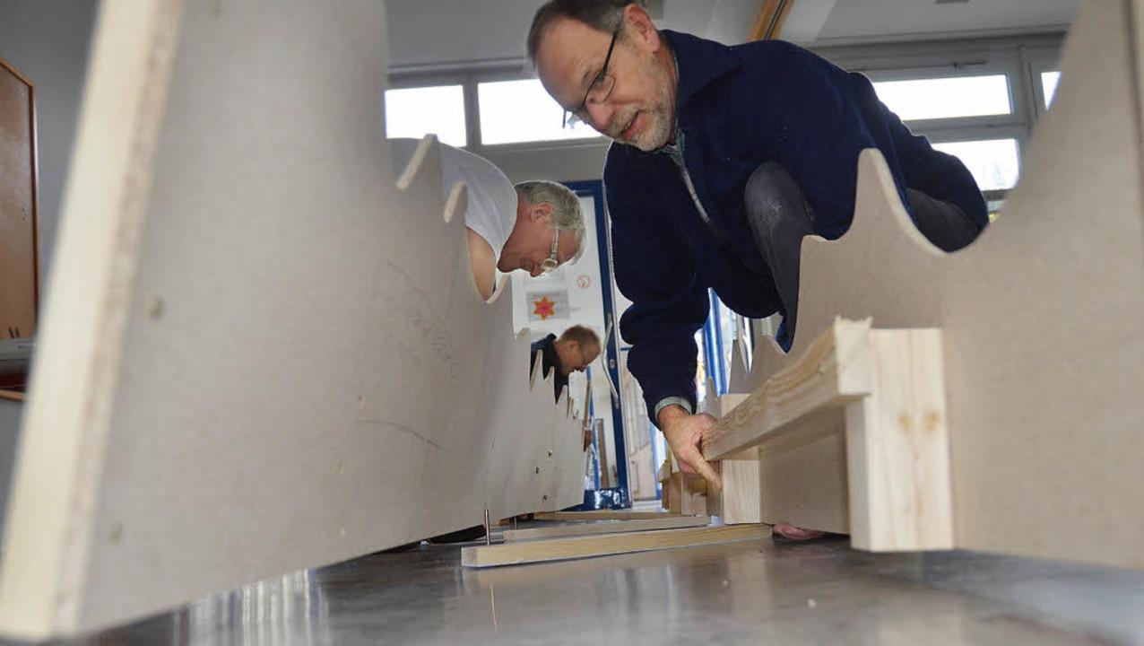 Ernst Niepmann repariert die Welle, di...m Zunftabend als Kulisse dienen wird.   | Foto: Ralf H. Dorweiler