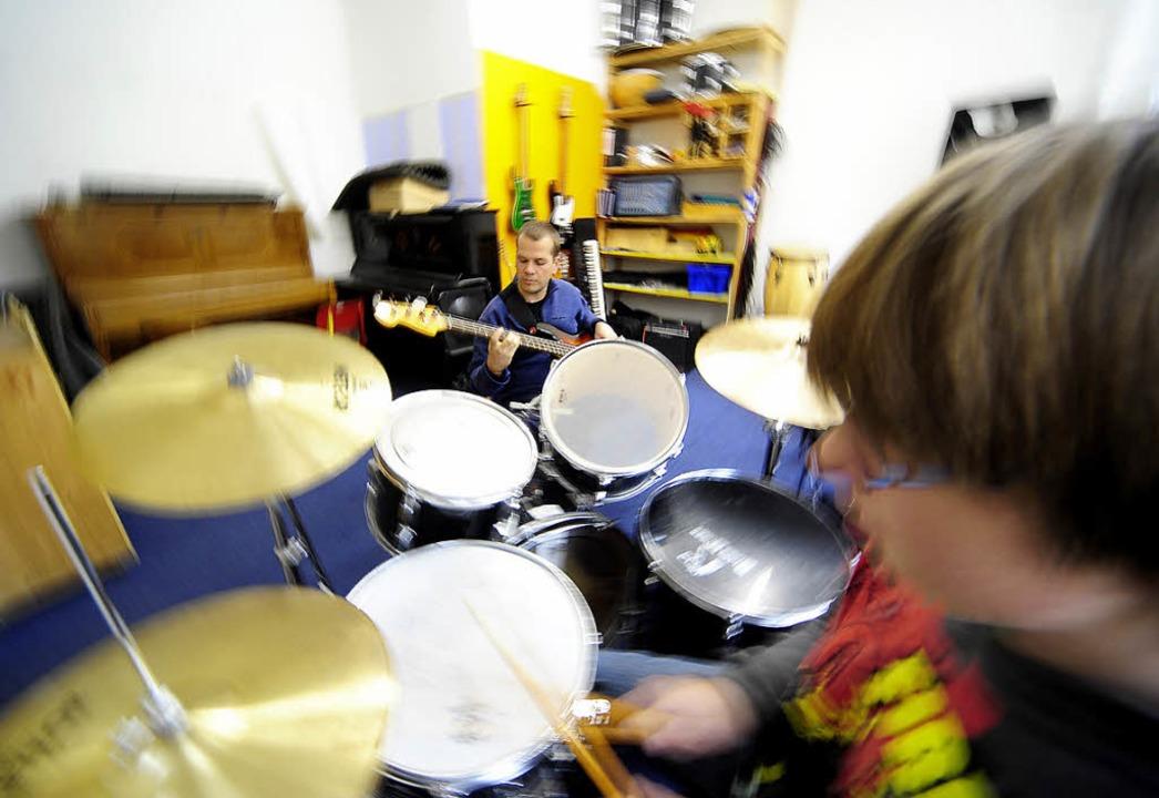 Hör mal: Simon wirbelt am Schlagzeug, Niklas Gidion zupft den Bass.  | Foto: Thomas Kunz