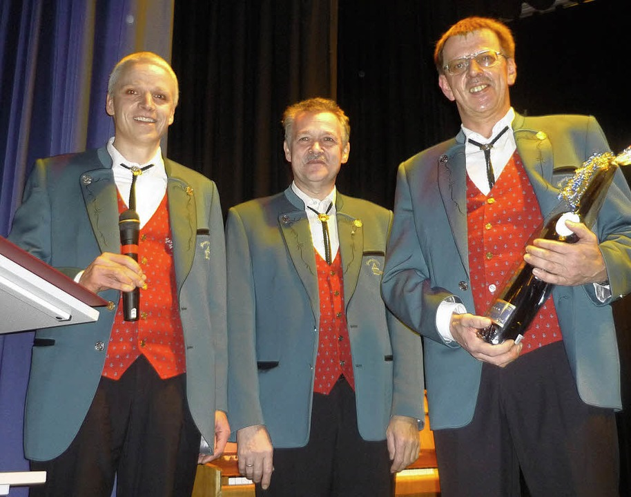 Vorsitzender Jürgen Schulze,  zweiter ... Chorgesang geehrt wurde (von links).   | Foto: Wolfgang Grether