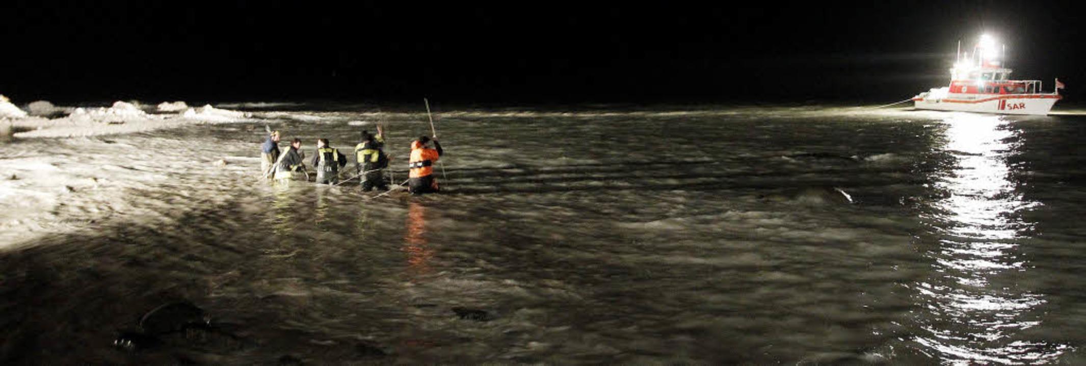 Rettungskräfte suchten die ganze Nacht...m verschütteten zehnjährigen Mädchen.   | Foto: Fotos:  dapd
