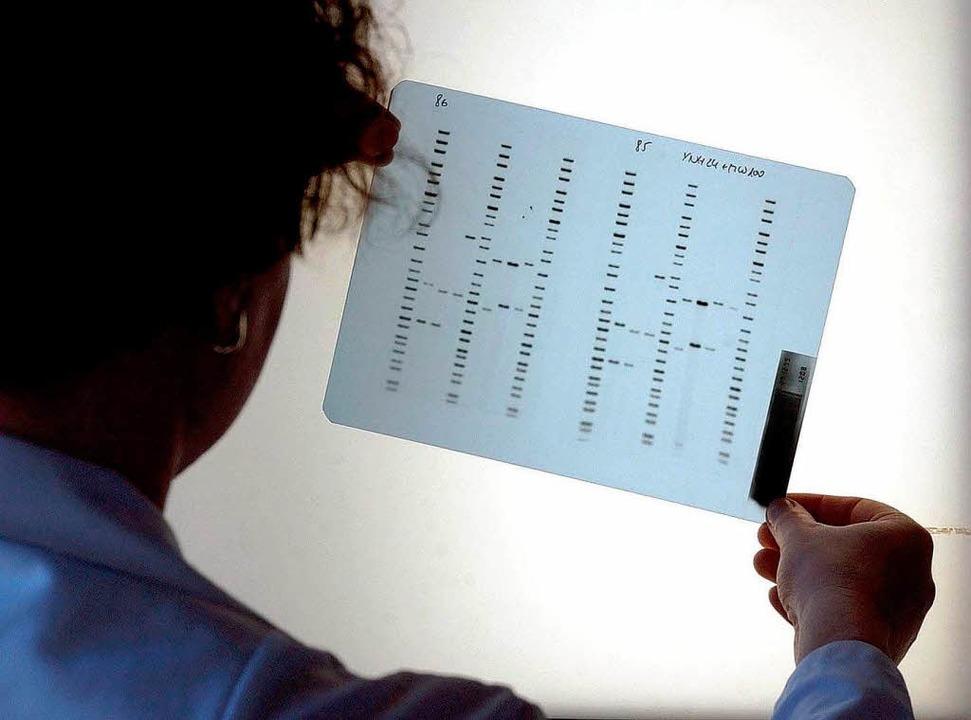Das Erbgut eines Menschen: DNA-Analyse im Labor    Foto: dpa
