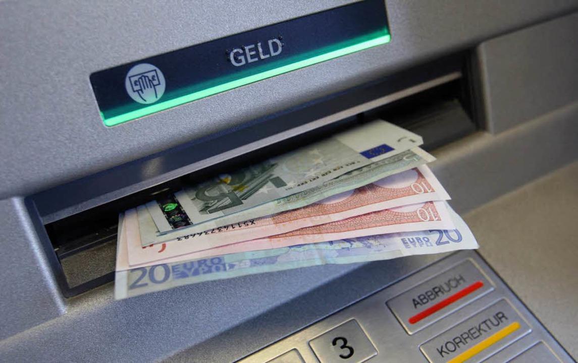 Einen Geldautomaten der Sparkasse haben Unbekannte aufgebrochen.  | Foto: dpa