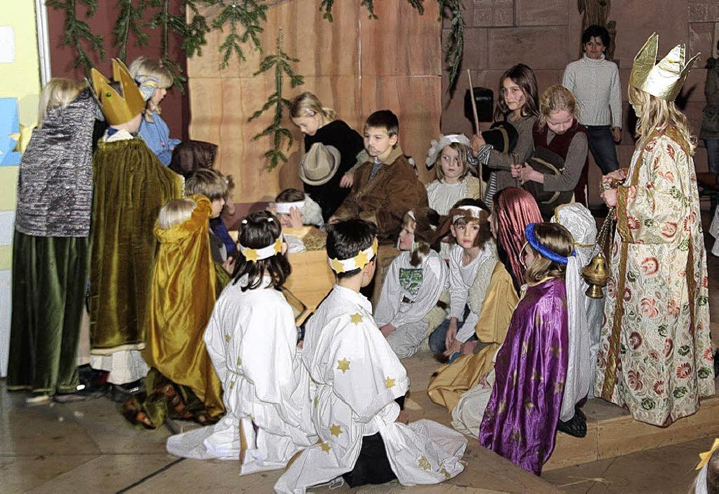 Bei Maria und Josef im Stall finden di...terne den großen Stern von Bethlehem.   | Foto: Michael Saurer