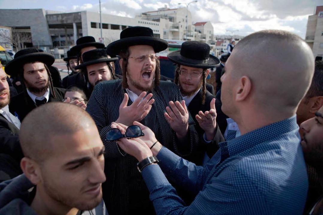 Ultraorthodoxe Juden verteidigen ihre Ansichten am Montag in Beit Schemesch.     Foto: AFP