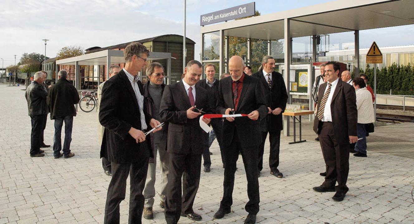 Riegels Bürgermeister  Markus Jablonsk...den neuen Vorplatz des SWEG-Bahnhofs.   | Foto: Michael haberer