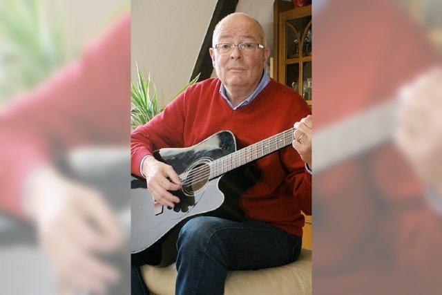 Ein Senior, der Senioren Musik bringt