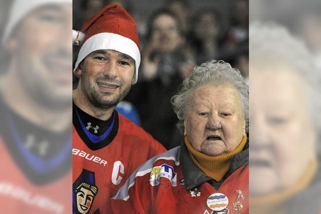 Eishockey-Oma Elfriede und die EHC-Fans schwelgen im Glück