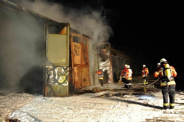 Brand zerstört eine alte Lagerhalle – Feuerwehrmann leicht verletzt