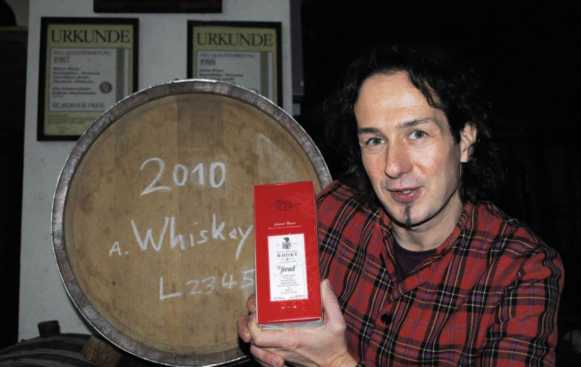 Johannes Müller-Herold von der Brenner...bach  mit seinem Whisky aus Bio-Emmer   | Foto: robert ullmann