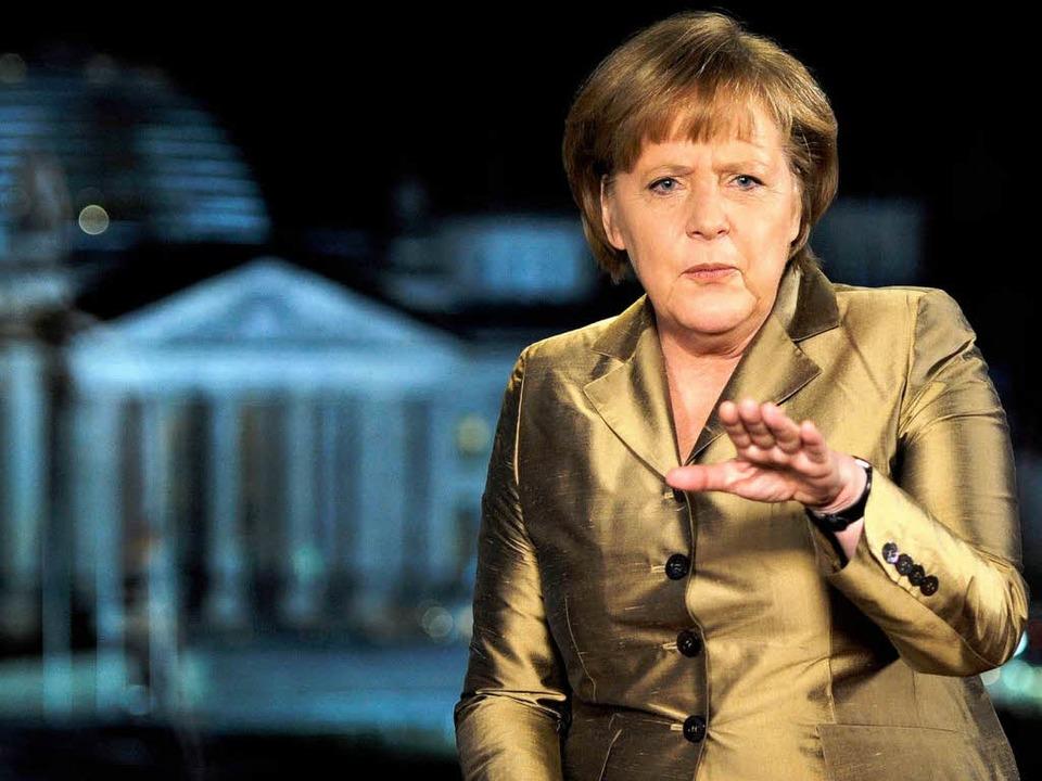 Bundeskanzlerin Angela Merkel nach der...m Fenster mit Blick auf den Reichstag.  | Foto: dapd