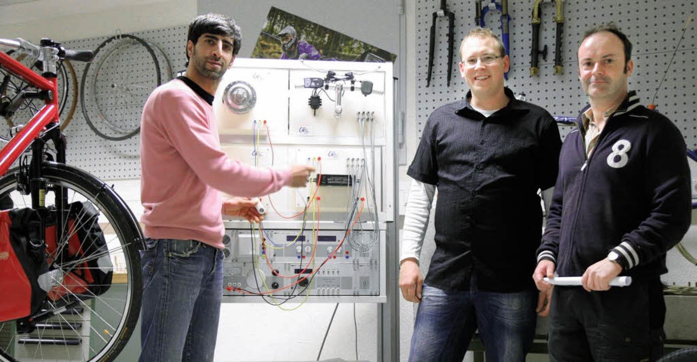Klassenlehrer Michael Preuß (rechts) m...s- und Prüfaufbau für Elektrofahrräder  | Foto: privat