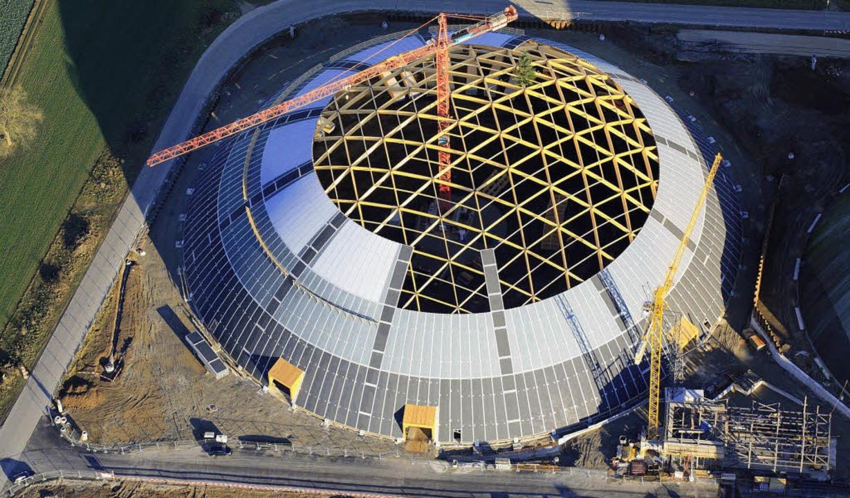 Der große Kuppelbau der Schweizer Rhei... Gerüst wird von außen dicht gemacht.   | Foto: Erich Meyer