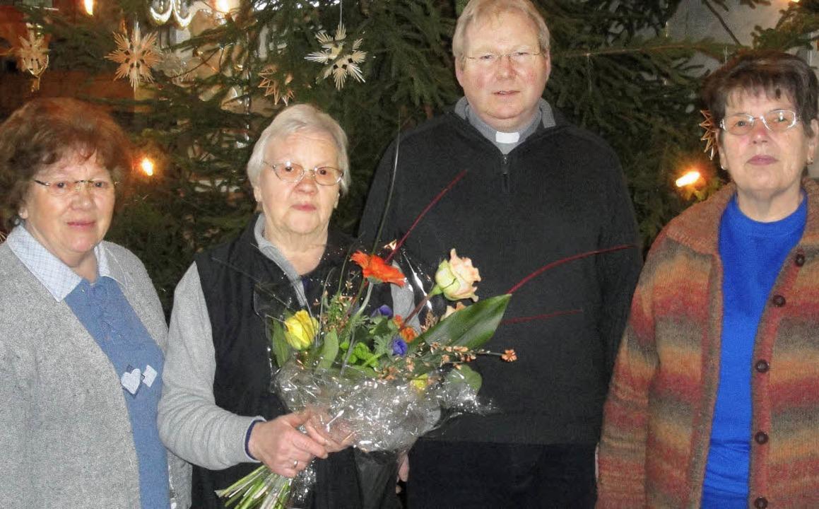 Blumen zum Abschied: Lioba Griener wur...ieselotte Heß (rechts) verabschiedet.   | Foto: Hansjörg Bader