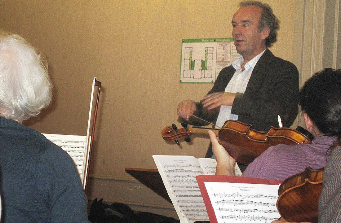 Michael Hartenberg im Verlauf einer se...mit dem Sinfonieorchester Emmendingen.  | Foto: Hildegard Karig
