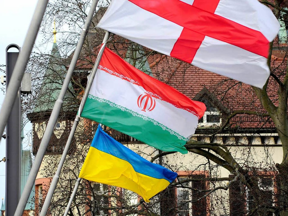 Streitobjekt: Die Iran-Flagge an der Kaiserbrücke in Freiburg.  | Foto: Thomas Kunz