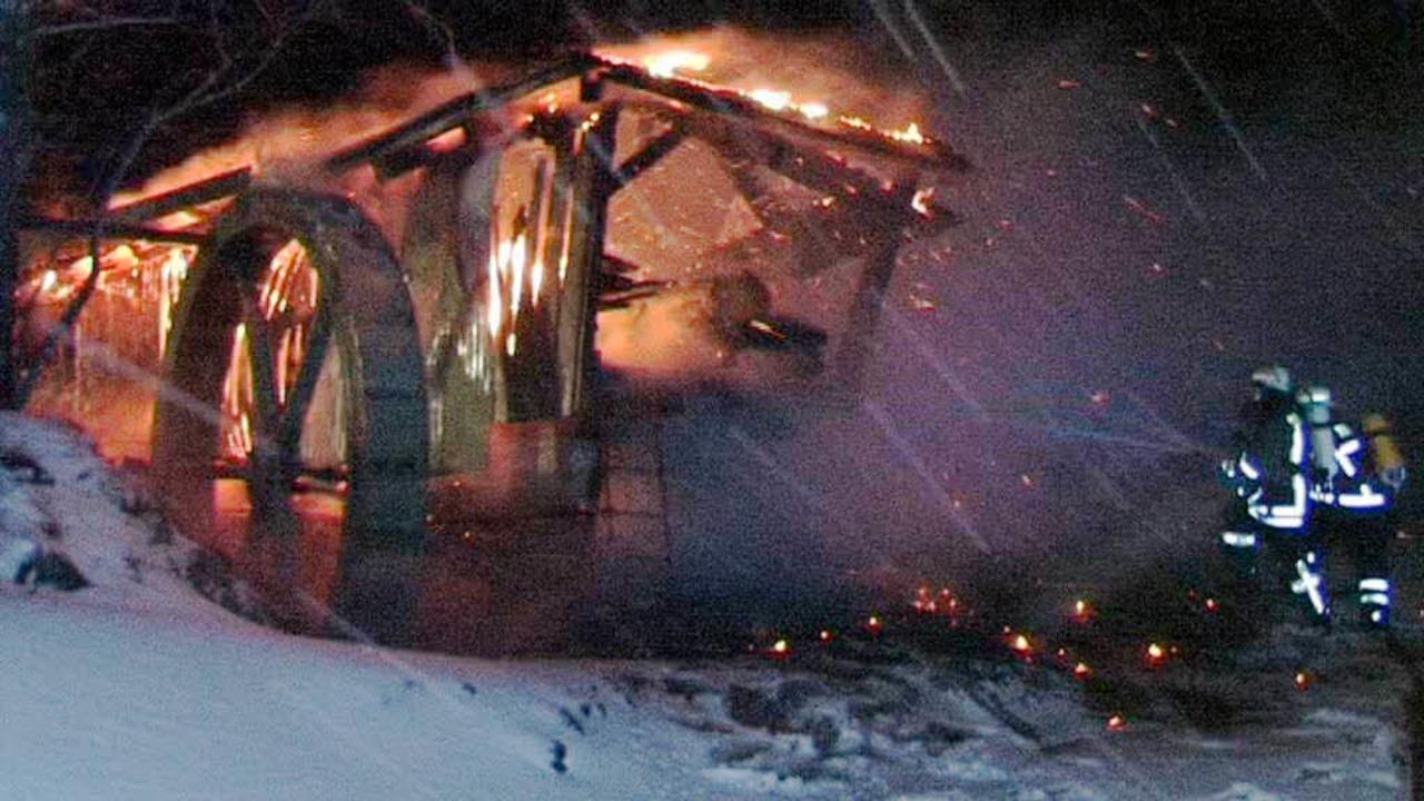 Die rein mechanische Sägemühle des Blä...st am frühen Freitagmorgen abgebrannt.    Foto: Kamera 24