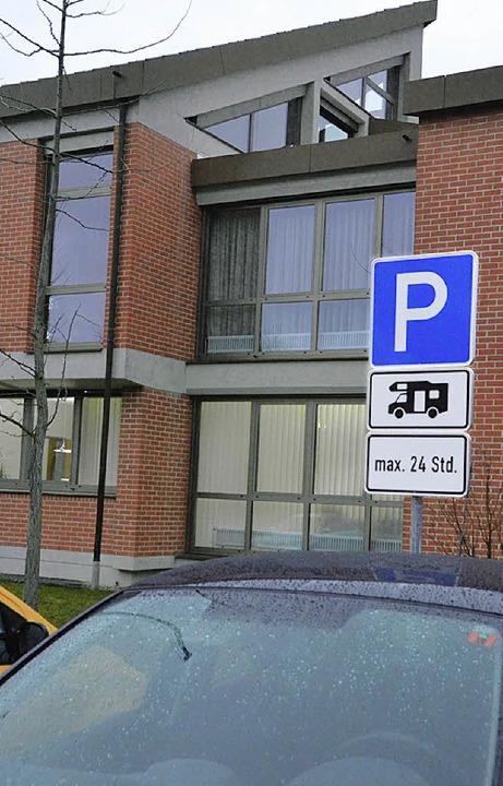 Müssen jetzt alle Besucher des Rathaus...rekt am Arbeitsplatz parken zu dürfen?  | Foto: Markus Maier