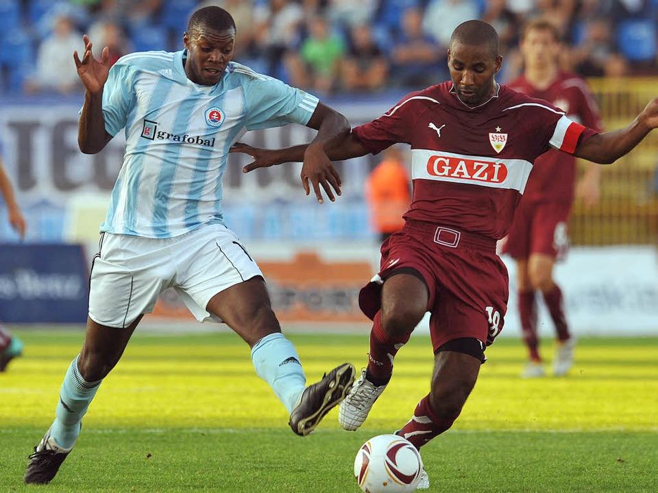 Europa-League im August 2010: Karim Gu...t Cacau vom VfB Stuttgart um den Ball.  | Foto: usage Germany only, Verwendung nur in Deutschland