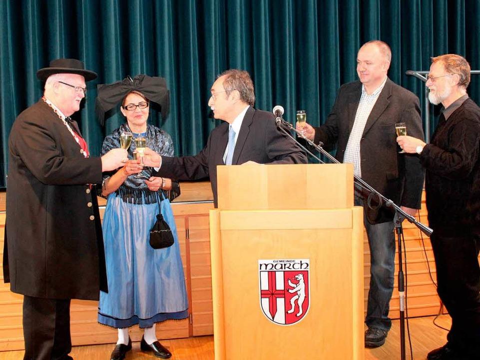 Bürgermeister und Stellvertreter stoßen gemeinsam auf das neue Jahr an.  | Foto: Mario Schöneberg