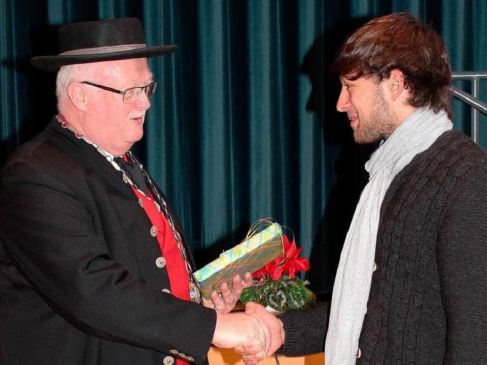 Marchs Bürgermeister Josef Hügele ehrt... (Hornquartett) Tobias Winter (rechts)  | Foto: Mario Schöneberg