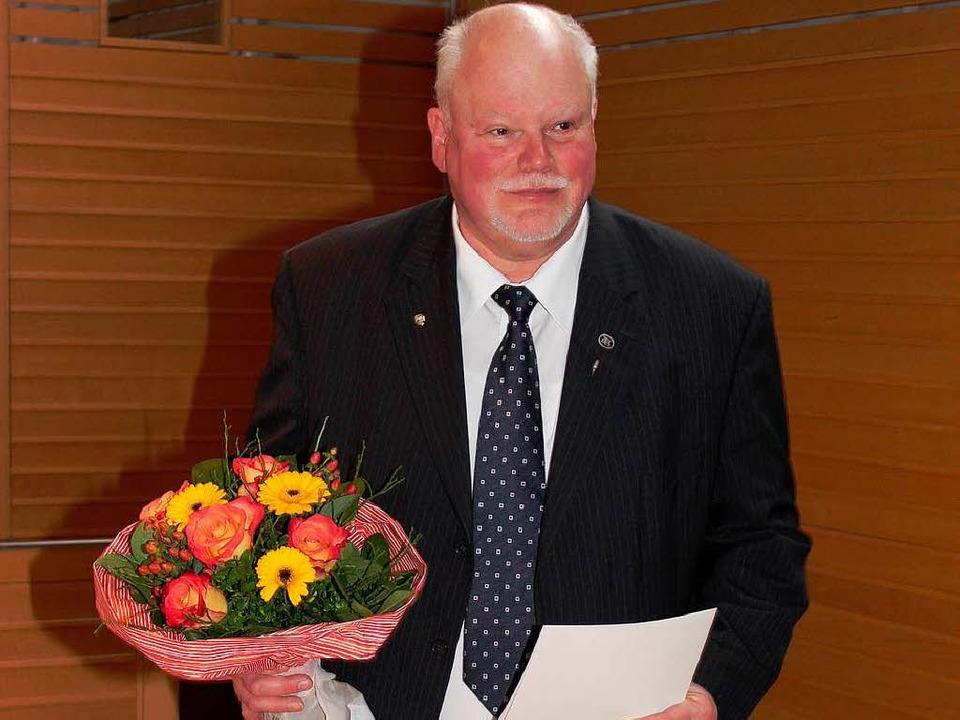 Herbert Schießel bekam die Ehrennadel ... für besondere Verdienste im Ehrenamt.  | Foto: Mario Schöneberg