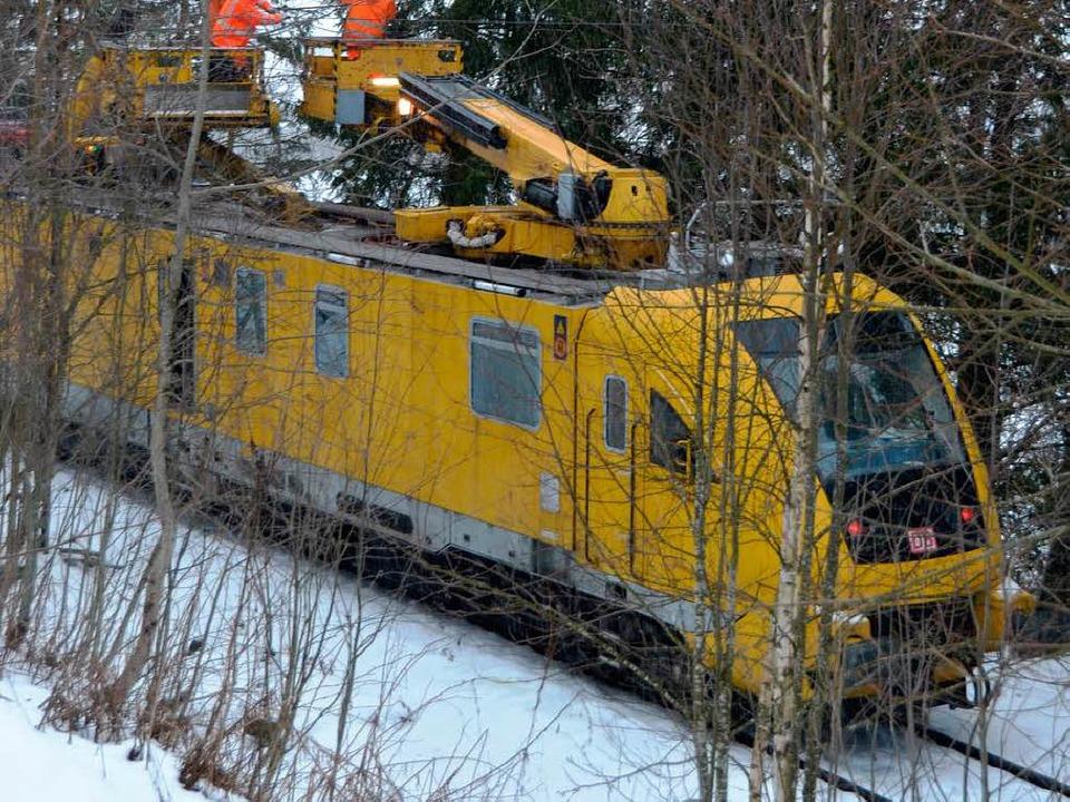 Auf der Strecke zwischen Neustadt und ...die beschädigte Oberleitung repariert.    Foto: Sebastian Barthmes