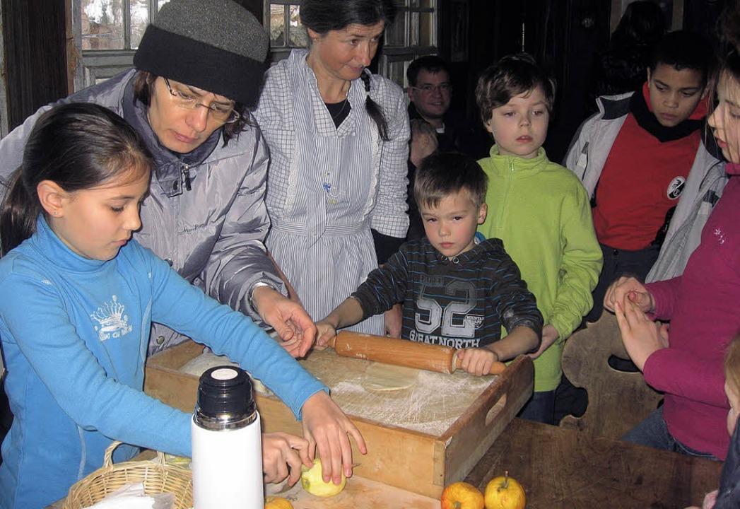 Bei den Handwerksvorführungen im Resen...Apfelkuchenbacken selbst tätig werden.  | Foto: Ulrike Spiegelhalter