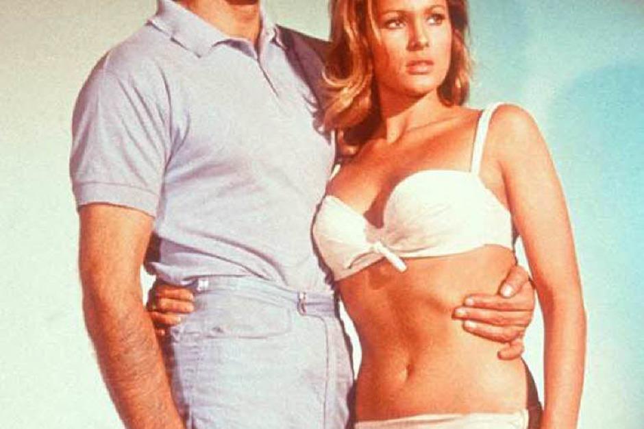 """Bond-Darsteller Nummer eins: Sean Connery, hier im ersten Bond-Film """"James Bond jagt Dr. No"""" mit Ursula Andress im Arm. (Foto: RTL)"""