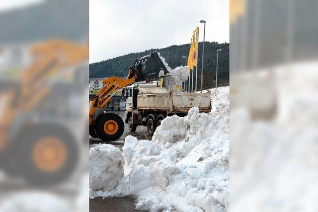 Schnee aus Straßen und von Parkplätzen für die Schanze